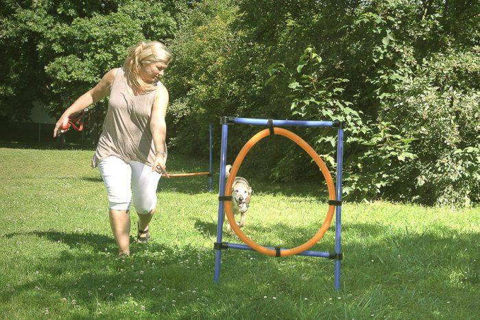 Zum Außengelände der Dr. Becker Burg-Klinik gehört auch der Agility-Parcours, in dem Hund und Frauchen (oder Herrchen) zusammen trainieren und Spaß haben können.
